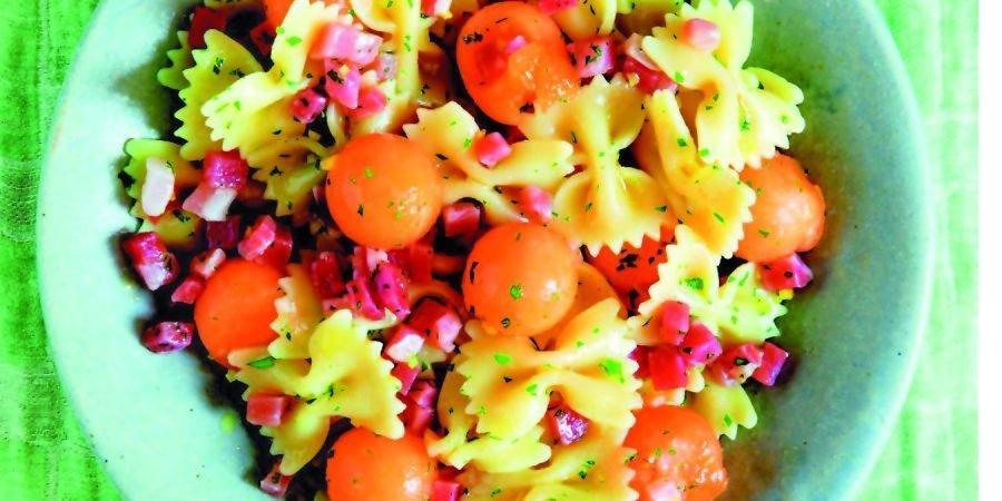 Insalata di farfalle, prosciutto e melone