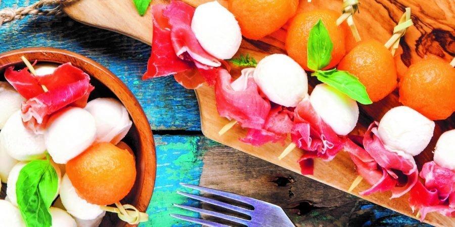 Spiedini di mozzarella, prosciutto e melone